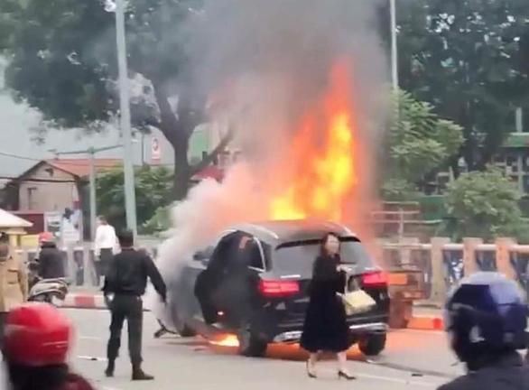 Khen CSGT cứu người bị kẹt giữa xe máy và xe Mercedes đang cháy - Ảnh 1.
