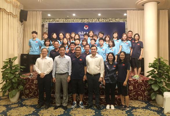 HLV Mai Đức Chung, Park Hang Seo được khích lệ tinh thần trước khi đi SEA Games - Ảnh 1.