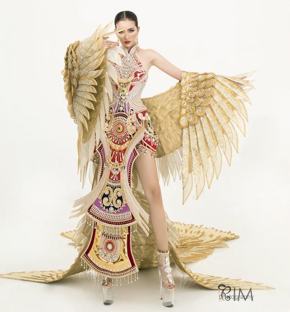 Quốc phục hở hang gây tranh cãi của Ngọc Châu tại Miss Supranational - Ảnh 2.