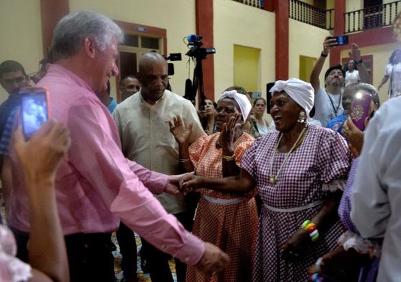 Chủ tịch Cuba dắt các bộ trưởng vi hành - Ảnh 1.