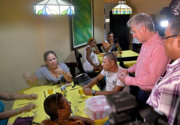 Chủ tịch Cuba dắt các bộ trưởng vi hành - Ảnh 3.