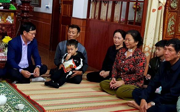 Cháy tàu Daesong: các gia đình Quảng Bình ngóng tin con - Ảnh 1.