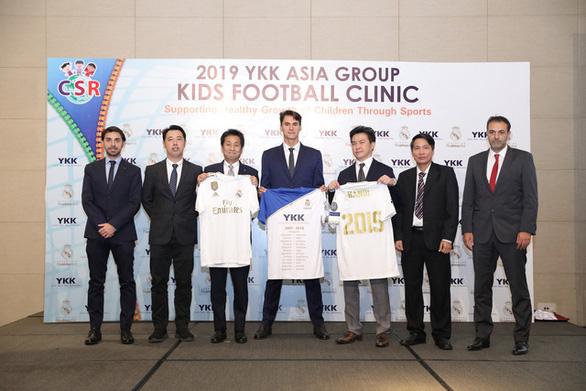 HLV đến từ Quỹ Real Madrid dạy bóng đá cho trẻ em có hoàn cảnh đặc biệt Việt Nam - Ảnh 1.