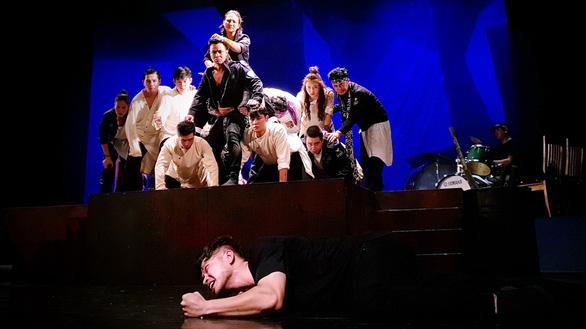 Ngạc nhiên với Romeo và Juliet của hôm nay - Ảnh 1.