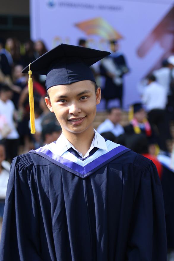 Nam sinh tốt nghiệp loại giỏi cùng lúc hai ngành học - Ảnh 1.
