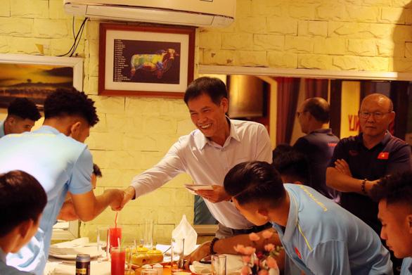 HLV Mai Đức Chung, Park Hang Seo được khích lệ tinh thần trước khi đi SEA Games - Ảnh 3.