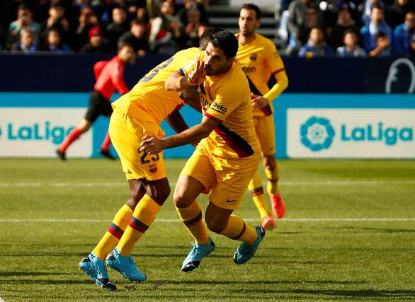 Messi kiến tạo đẳng cấp để Suarez ghi bàn giúp Barca giành 3 điểm - Ảnh 1.