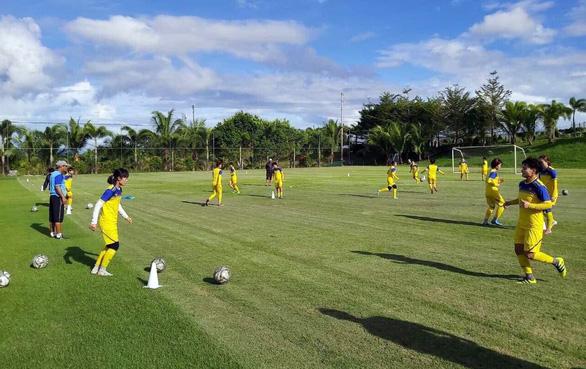 Tuyển nữ VN tập sân cỏ tự nhiên chuẩn bị trận đấu trên sân cỏ nhân tạo - Ảnh 1.
