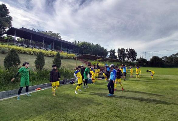 Tuyển nữ VN tập sân cỏ tự nhiên chuẩn bị trận đấu trên sân cỏ nhân tạo - Ảnh 2.