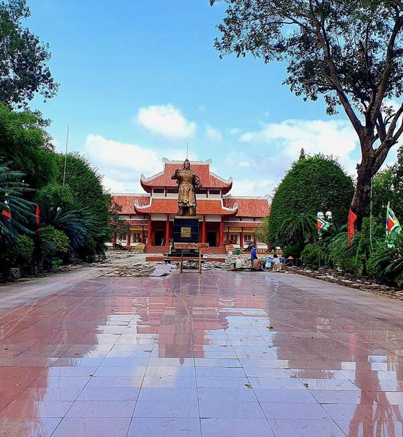 Sân lát tượng đài Hoàng đế Quang Trung đang đẹp, tỉnh bỏ 5 tỉ ngân sách cạy lên… nâng cấp ? - Ảnh 2.