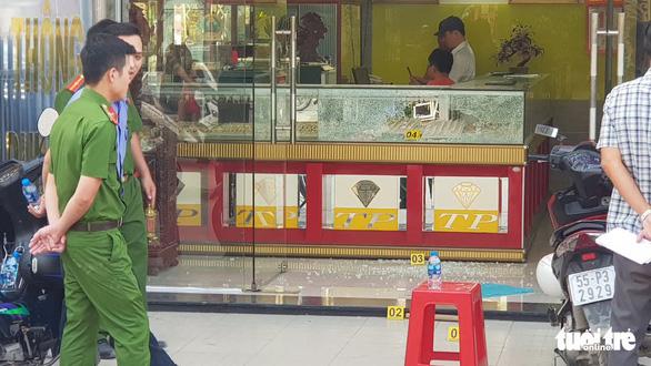 Bắt 2 nghi phạm nổ súng cướp tiệm vàng ở Hóc Môn - Ảnh 1.