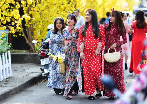 Bảo vệ tà áo dài chính là đang bảo vệ chủ quyền văn hóa Việt Nam - Ảnh 1.