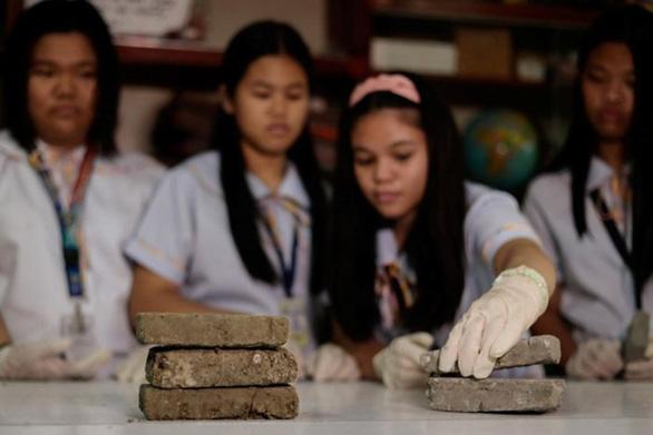 Học sinh Philippines biến phân chó thành gạch - Ảnh 1.