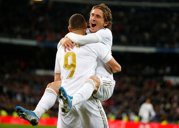 Luka Modric rực sáng giúp Real Madrid bám sát Barca - Ảnh 1.