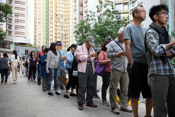 Người Hong Kong rồng rắn xếp hàng đi bầu hội đồng lập pháp địa phương - Ảnh 3.