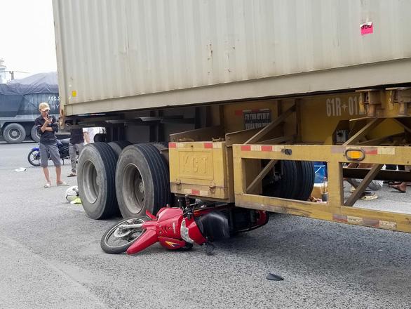Xe container cuốn xe máy vào gầm làm một phụ nữ chết tại khúc cua nguy hiểm - Ảnh 1.