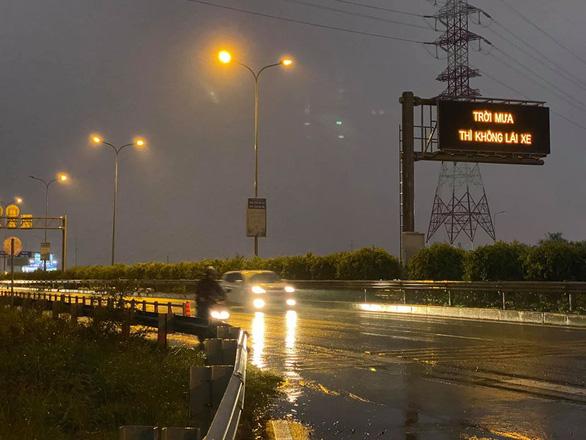 Tài xế ngạc nhiên với bảng điện tử cao tốc khuyến cáo trời mưa thì không lái xe - Ảnh 2.