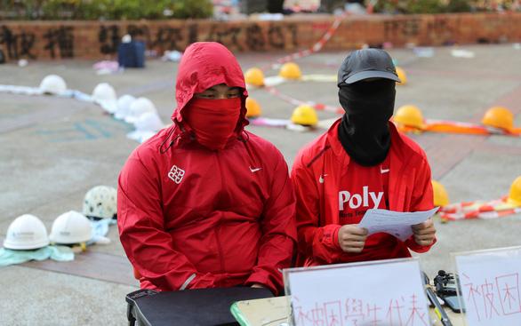 Người biểu tình Hong Kong cố thủ bên trong Đại học Bách khoa kêu cứu - Ảnh 2.