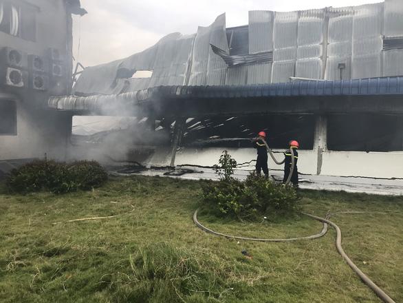 Hai xưởng may khoảng 10.000 m2 Công ty May Nhà Bè - Sóc Trăng bị lửa thiêu rụi - Ảnh 1.