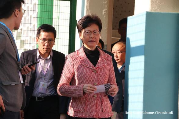 Người Hong Kong rồng rắn xếp hàng đi bầu hội đồng lập pháp địa phương - Ảnh 6.