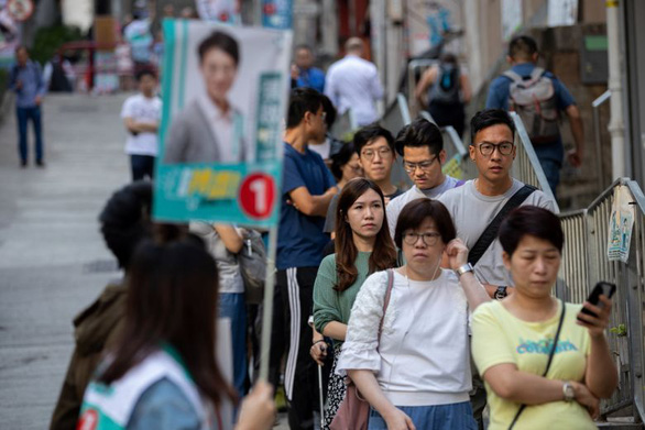 Cử tri Hong Kong đi bầu đông kỷ lục, dự báo kết quả bất ngờ - Ảnh 1.