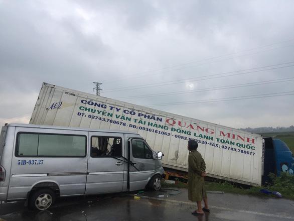 Tông với xe khách, xe container lao xuống ruộng, một nhà sư tử nạn - Ảnh 3.