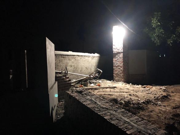 Mái cổng nhà đang xây bị sập, 2 người thiệt mạng - Ảnh 1.