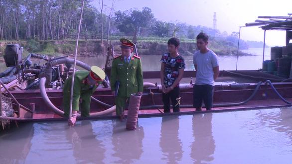 Bắt giữ 2 tàu khai thác cát trái phép trên sông Chu - Ảnh 1.