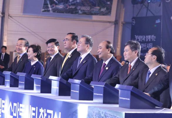 Thủ tướng Nguyễn Xuân Phúc dự lễ động thổ xây dựng thành phố thông minh của Hàn Quốc - Ảnh 1.