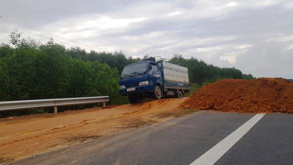 Đổ đất để ngăn xe chạy chui trên cao tốc La Sơn - Túy Loan - Ảnh 2.
