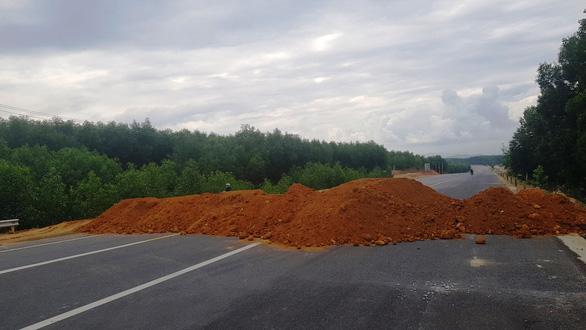 Đổ đất để ngăn xe chạy chui trên cao tốc La Sơn - Túy Loan - Ảnh 3.