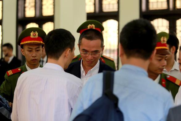 Phiên tòa đánh bạc ngàn tỉ: Hoãn phiên tòa vì ông Trương Minh Tuấn vắng mặt - Ảnh 2.