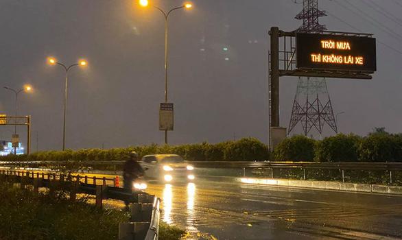 Trời mưa thì không lái xe: Đơn vị quản lý cao tốc xin lỗi người đi đường - Ảnh 1.