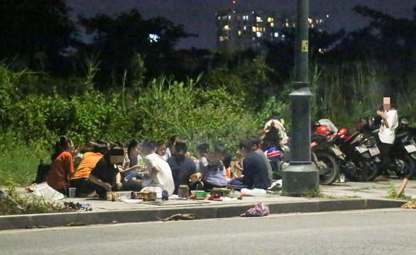 BBQ đêm vỉa hè ở khu đô thị Thủ Thiêm - Ảnh 1.