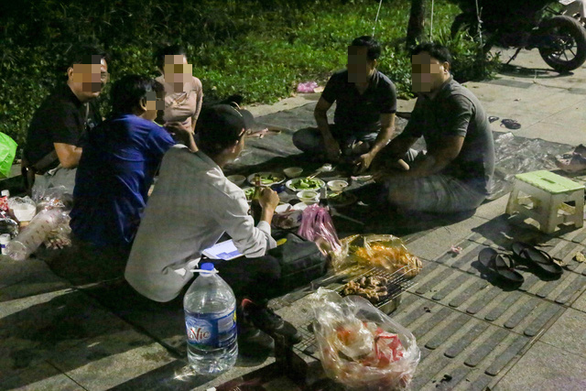 BBQ đêm vỉa hè ở khu đô thị Thủ Thiêm - Ảnh 5.