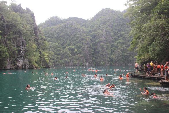 Leo núi để... tắm hồ giữa đảo Coron - Ảnh 4.