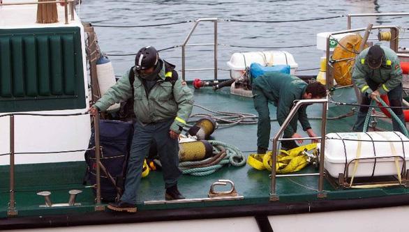 Tây Ban Nha bắt tàu ngầm chở hàng tấn cocaine - Ảnh 1.