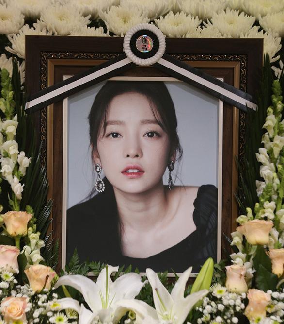 Showbiz Hàn 2020:  Vẫn scandal, thiệt hại vì COVID-19 và chấn động những cái chết - Ảnh 10.