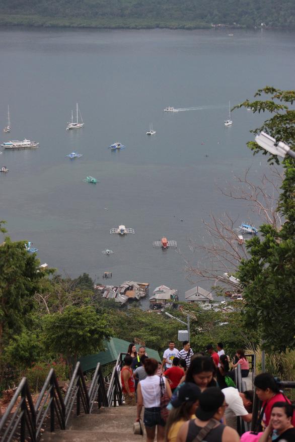 Leo núi để... tắm hồ giữa đảo Coron - Ảnh 2.