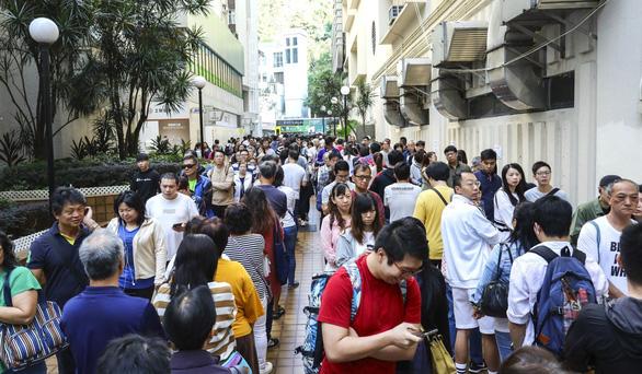Bầu cử Hội đồng quận ở Hong Kong: phe ủng hộ Dân chủ thắng lớn - Ảnh 1.