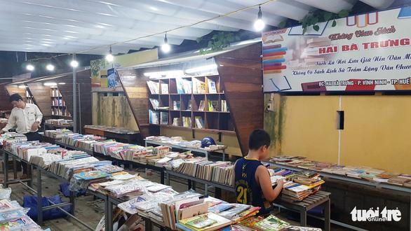 Đóng cửa đường sách ở Huế vì bán sách giả, sách lậu - Ảnh 1.