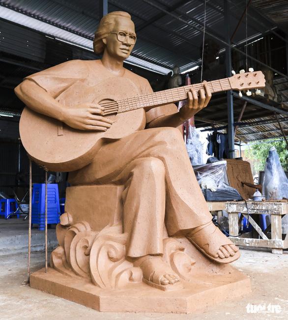 Điều chỉnh tượng nhạc sĩ Trịnh Công Sơn ở biển Quy Nhơn vì... hơi mập - Ảnh 1.
