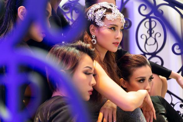 Khả năng hát hạn chế, Ninh Dương Lan Ngọc vẫn ra MV Gái già muốn lấy chồng - Ảnh 2.