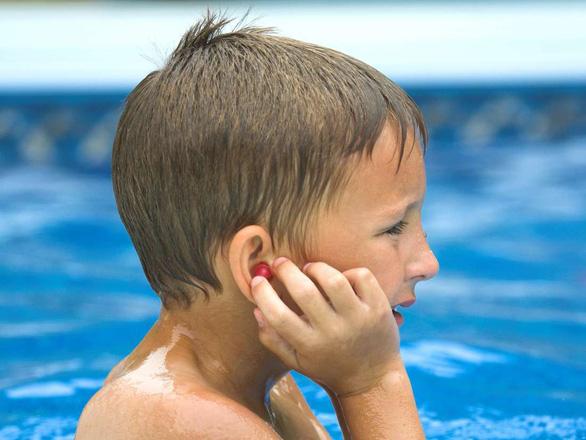 Trẻ lắc đầu để loại bỏ nước trong tai có thể gây tổn thương não - Ảnh 1.