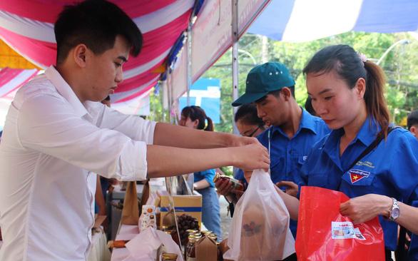 Nước mật dừa của kỹ sư hóa học tại Ngày hội xây dựng nông thôn mới - Ảnh 2.