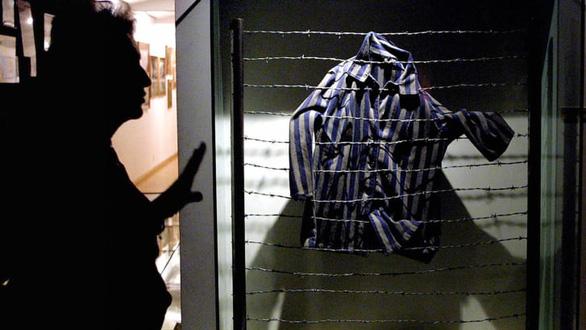 Loewe xin lỗi vì thời trang y như đồ tù... Đức quốc xã - Ảnh 2.