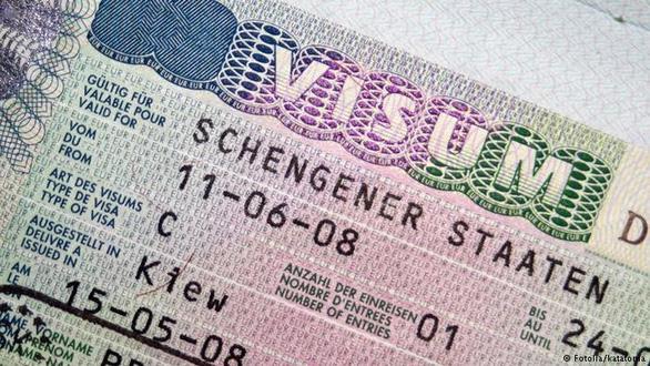 Siết chặt việc cấp visa đi châu Âu sau vụ 39 thi thể trong container? - Ảnh 1.