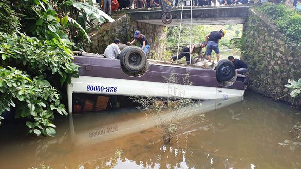 Tránh xe trên cầu không lan can, xe khách mất lái lao thẳng xuống kênh - Ảnh 1.
