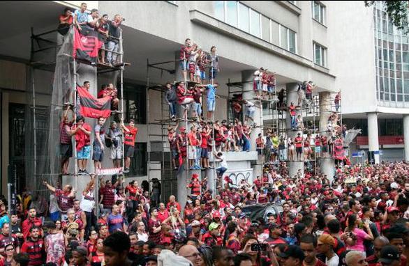 Quang cảnh như chiến trường khi Flamengo trở về sau chiến thắng ở Copa Libertadores - Ảnh 2.