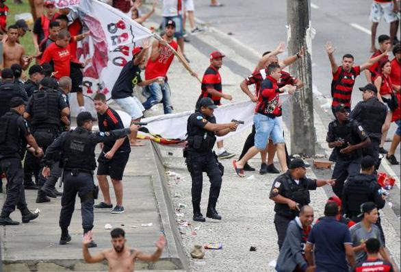 Quang cảnh như chiến trường khi Flamengo trở về sau chiến thắng ở Copa Libertadores - Ảnh 4.